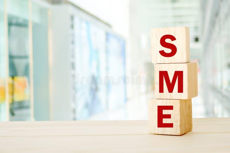 SME, klein und Mittelbetrieb, Geschäftswort auf hölzernem Würfel lizenzfreie stockbilder