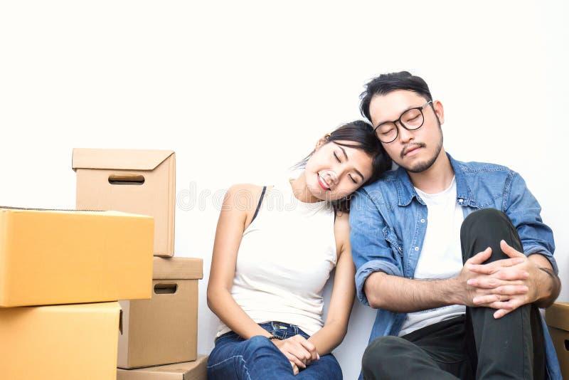 SME ou mulher asiática autônomo e homem que trabalham com caixa imagem de stock royalty free
