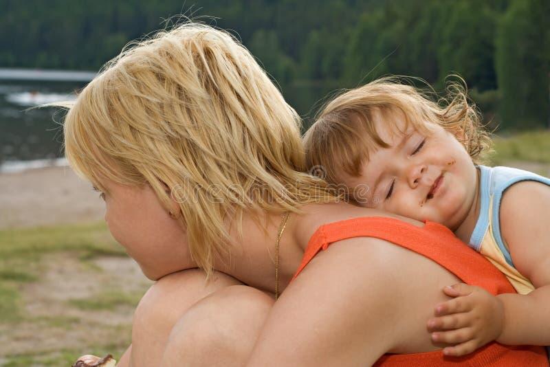 Smeary dochter die moeder koestert royalty-vrije stock fotografie