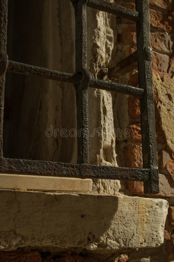 Smeedijzerkooi op het venster van Venetië Italië royalty-vrije stock afbeeldingen