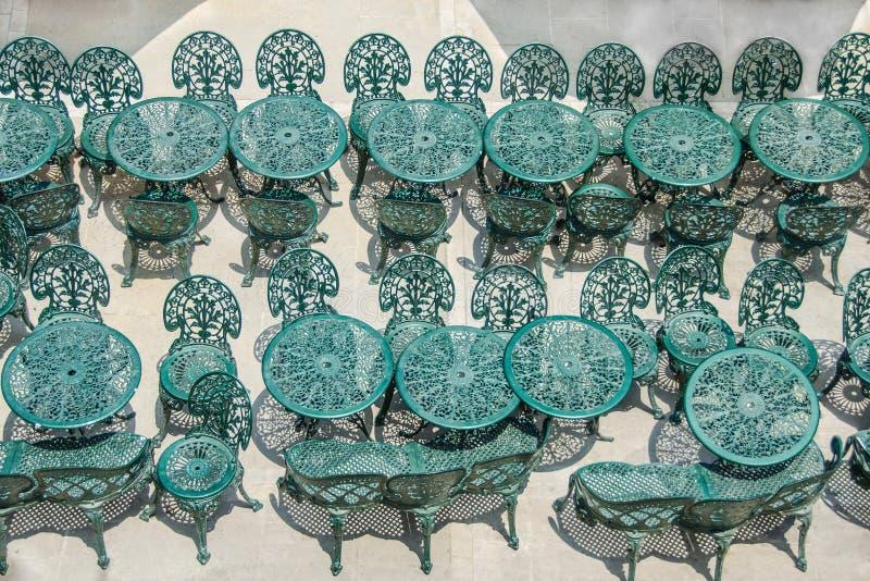 Smeedijzerlijsten en stoelen royalty-vrije stock foto