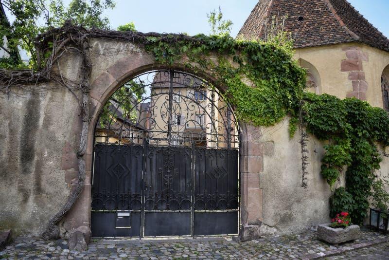 Smeedijzerpoort als ingang aan een grotere binnenplaats royalty-vrije stock afbeeldingen