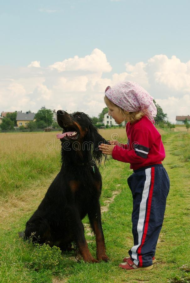 smeka hunden royaltyfria bilder