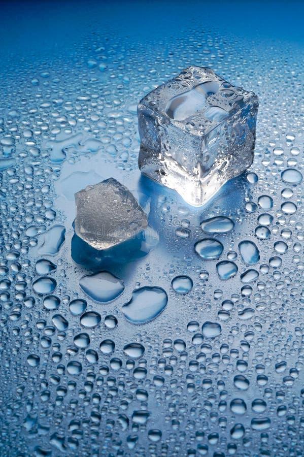 Smeltend ijs op blauwe achtergrond royalty-vrije stock foto's
