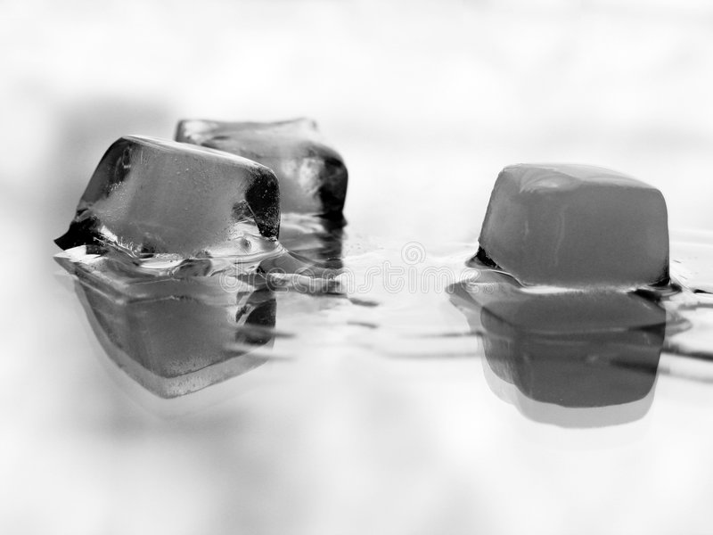 Smeltend ijs over wit stock afbeeldingen