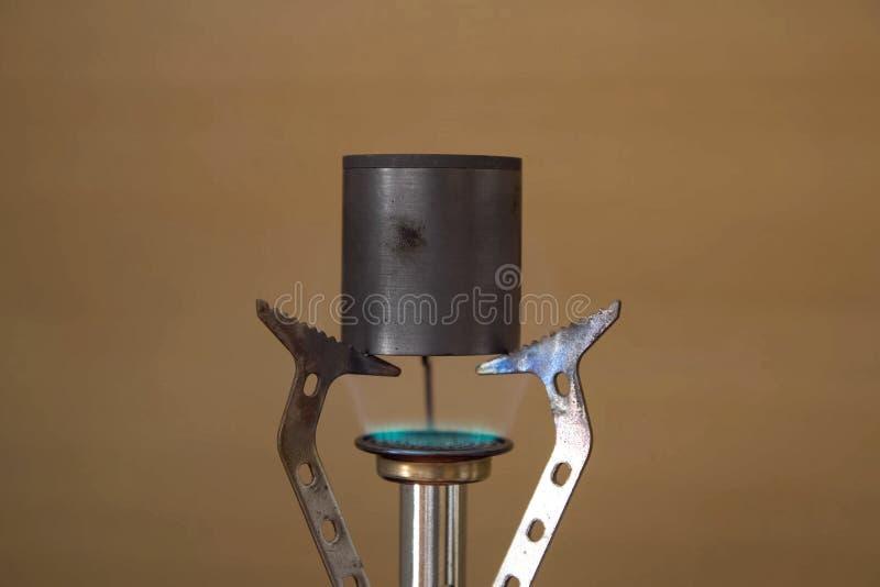 Smeltend metaal op een minibrander chemisch royalty-vrije stock afbeeldingen