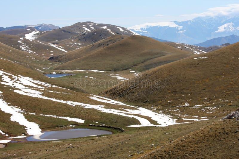 Smeltend water in Gran Sasso highmountains, Italië stock afbeeldingen