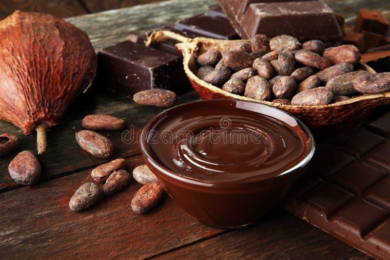 Smeltende chocolade of gesmolten chocolade en chocoladewerveling stapel en poeder royalty-vrije stock foto's