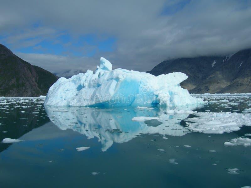 Smeltende ijsberg bij de kust van Groenland stock afbeeldingen