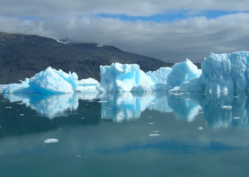 Smeltende ijsbergen bij de kust van Groenland royalty-vrije stock foto