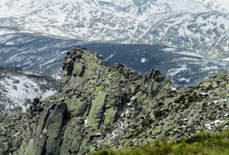 Smeltende sneeuw in de lentebergen stock afbeelding