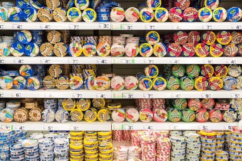 Smeltkaasvoedsel op Supermarkttribune royalty-vrije stock afbeelding