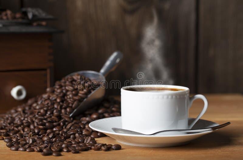 Smerigliatrice 2 dei fagioli della tazza di caffè fotografie stock libere da diritti