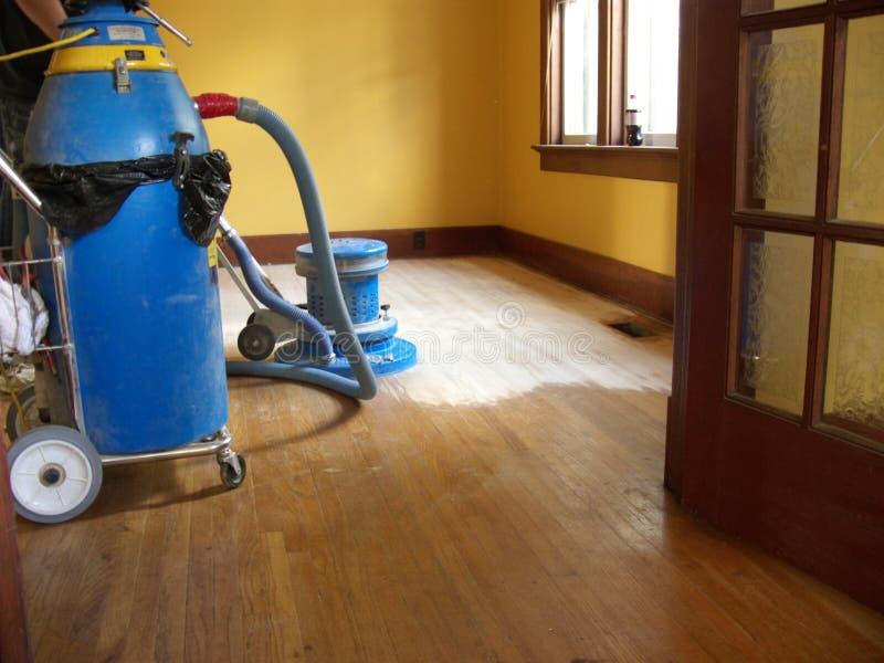 Smeriglitatura del pavimento di legno duro fotografia stock