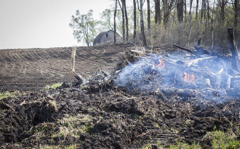 Smeulend stoppelveld op een gebied met het kleine brand branden royalty-vrije stock afbeelding