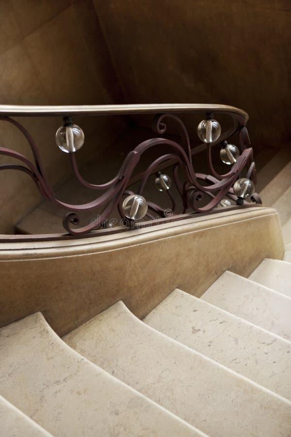 Smidesjärnledstång inom ett hus royaltyfria foton