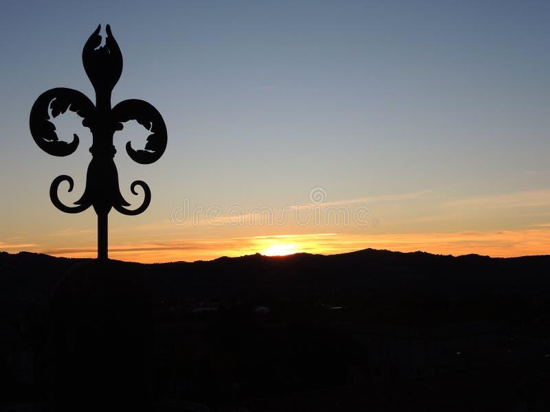 Smidesjärnliljan av Gubbio på solnedgången arkivfoto