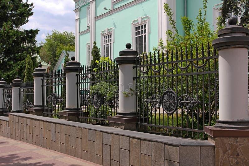 Smidesjärnstaket med kolonner, dekorativ ironwork royaltyfria foton