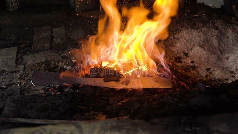 Smidsoven met het branden van steenkolen royalty-vrije stock foto