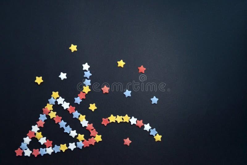 Smiley фейерверк сложенный от звезд печенья сахара на черной предпосылке с copyspace стоковая фотография