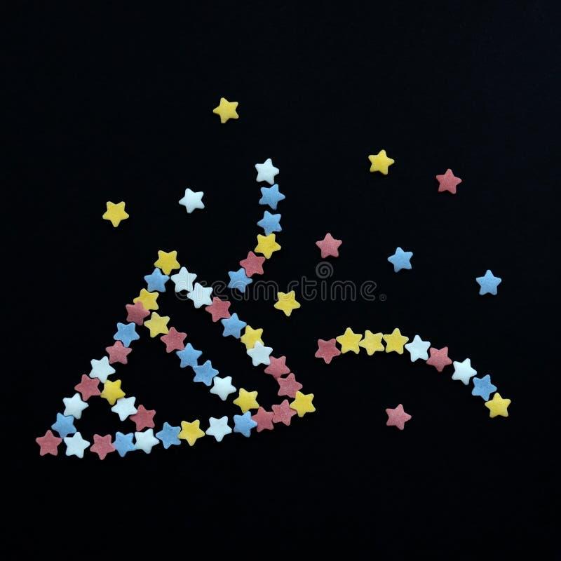 Smiley фейерверк сложенный от звезд печенья сахара на черной предпосылке с copyspace на квадратной форме стоковые изображения