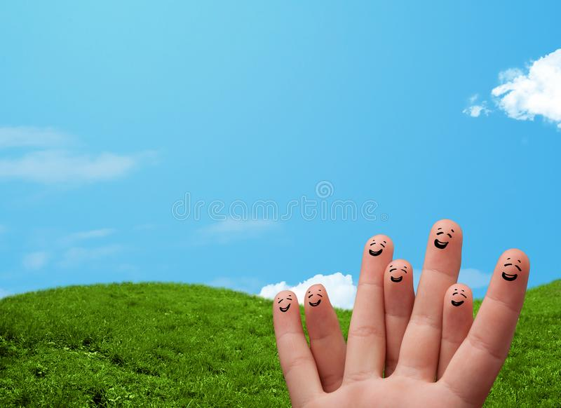 Smiley alegres do dedo com cenário da paisagem no fundo foto de stock royalty free