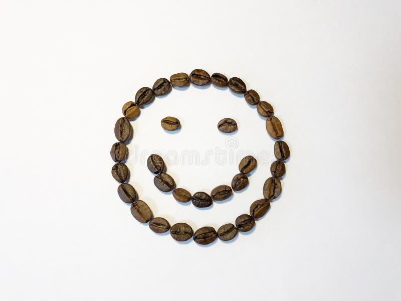 Smiley allegro dai chicchi di caff?, isolati su fondo bianco immagine stock