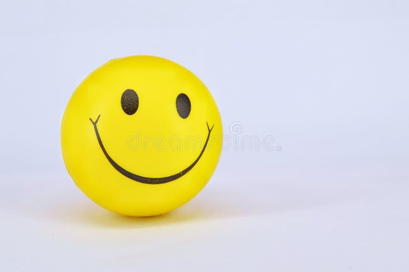 Smiley amarelo da bola no fundo branco foto de stock royalty free