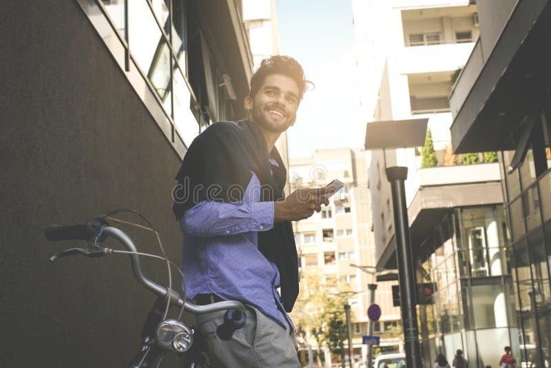 Smiley biznesmen na rowerze zdjęcie stock