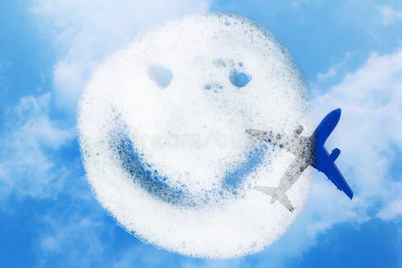 Smiley de la birra del jabón en fondo azul imágenes de archivo libres de regalías