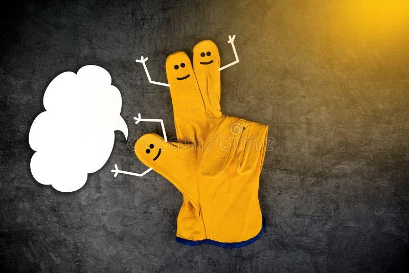Smiley de risa felices en los fingeres de guantes protectores foto de archivo
