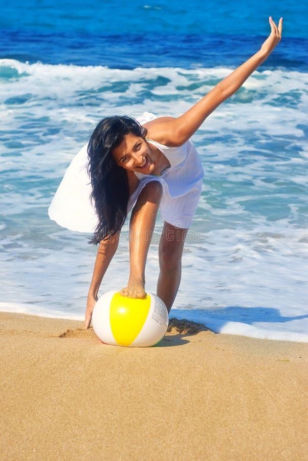 smiley della ragazza della spiaggia fotografia stock libera da diritti