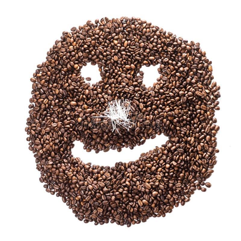 Smiley divertente dei chicchi di caffè con un naso da lamé isolato su fondo bianco fotografia stock
