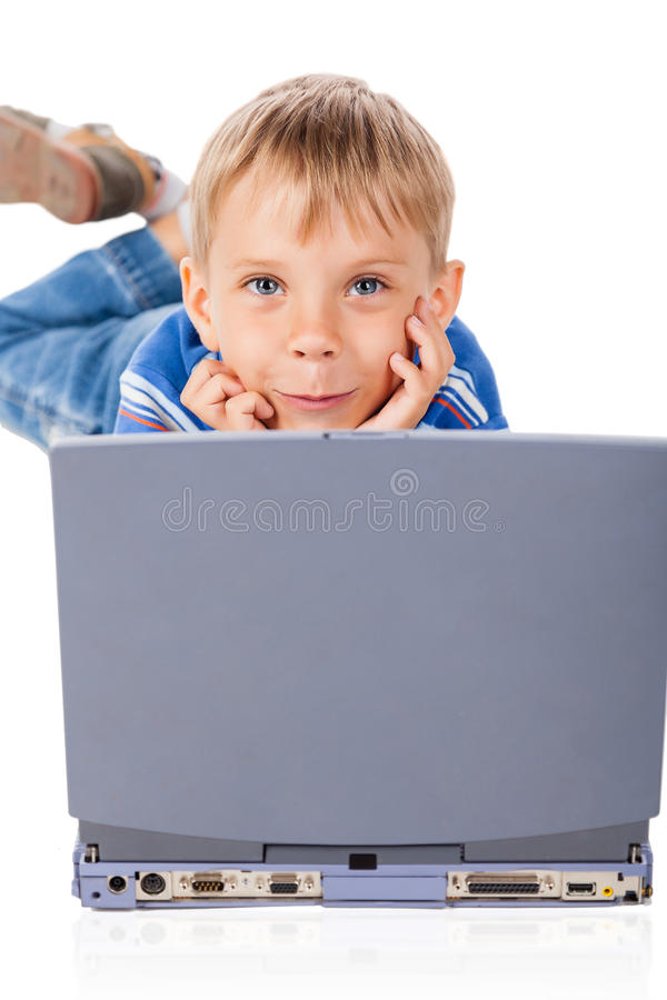 Smiley Five Years Old Boy avec l'ordinateur portable image stock