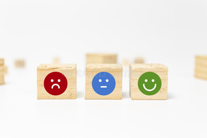 smiley framsida på träsnittkuben - affärsservice som klassar kunderfarenhet, tillfredsställelsegranskningsbegrepp - återkoppling royaltyfri fotografi