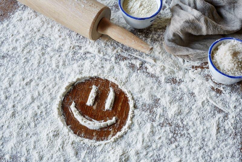 Smiley heureux en farine images stock