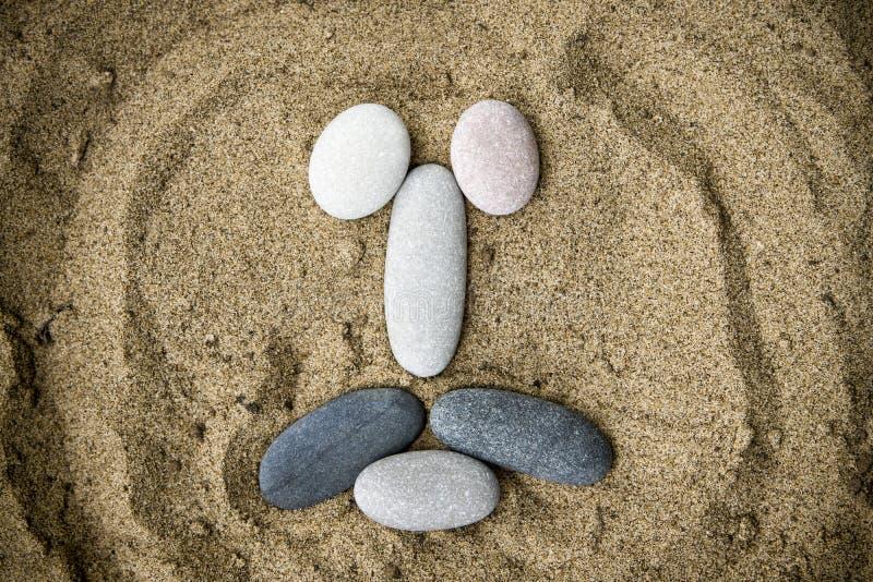 Smiley kamienie na piaska zbliżeniu obraz royalty free