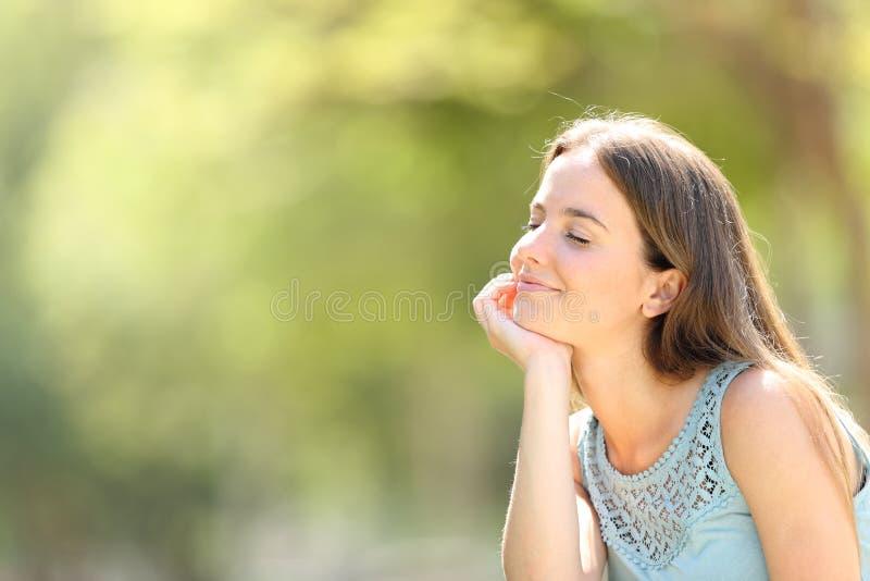 Smiley kobieta medytuje i relaksuje w lesie fotografia stock