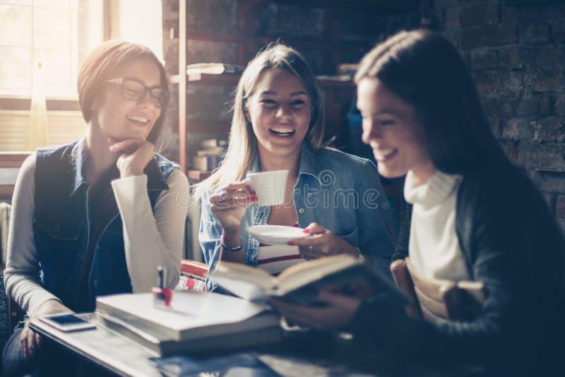 Smiley uczni dziewczyny opowiada w kawiarni fotografia royalty free