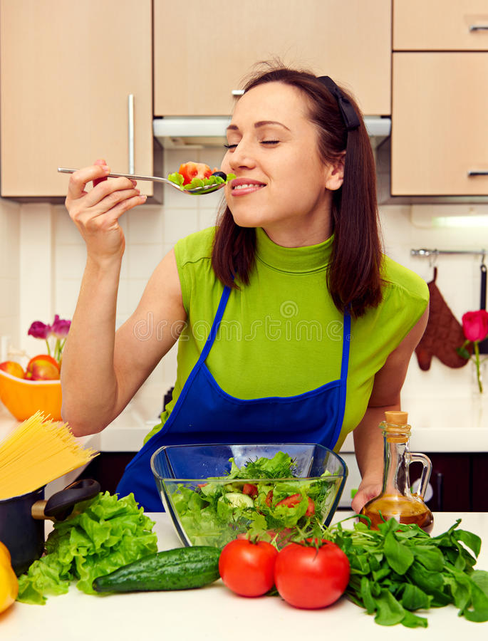 Smiley und gesunde Frau, die Salat essen lizenzfreie stockfotos