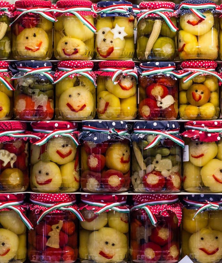 Smileyessiggurken in einem Glas stockfotos