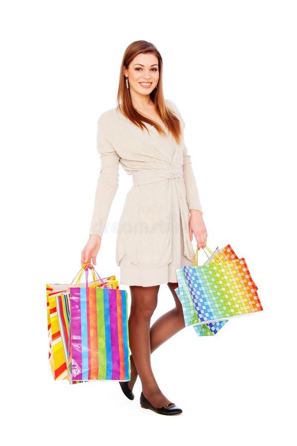 Smileyfrau mit Einkaufenbeuteln stockfotografie