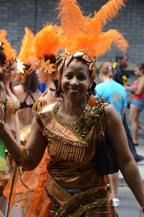 Smileykvinna På Karnevalet, Notting Hill Redaktionell Fotografering för Bildbyråer