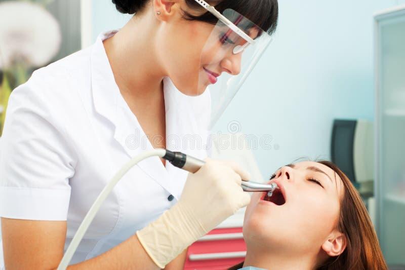 Smileyzahnarzt und -patient lizenzfreies stockfoto