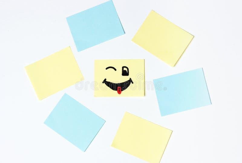 Smilies felizes e etiquetas vazias do escritório no fundo branco, modelo, espaço da cópia imagens de stock royalty free