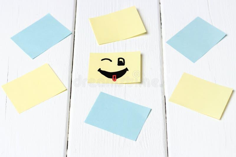 Smilies felizes e etiquetas vazias do escritório no fundo branco, modelo, espaço da cópia imagem de stock