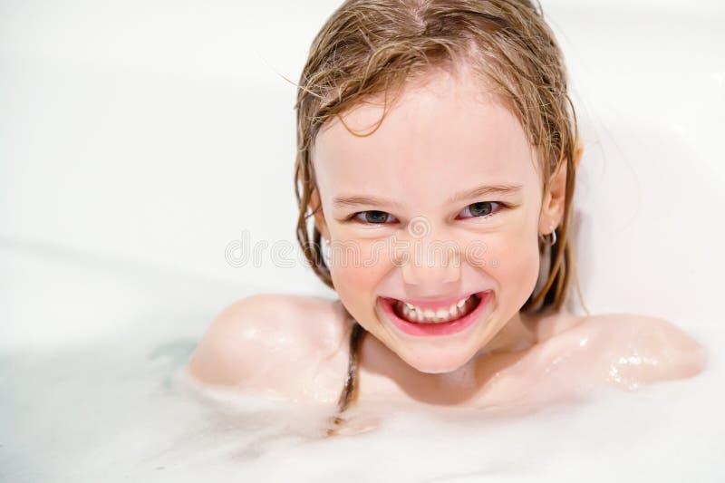 smililng девушки ванны стоковое фото rf