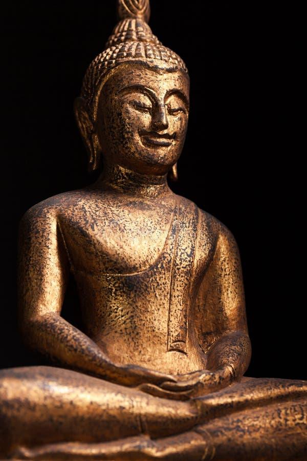smilin菩萨被镀金的雕象在东南亚样式的, 库存图片