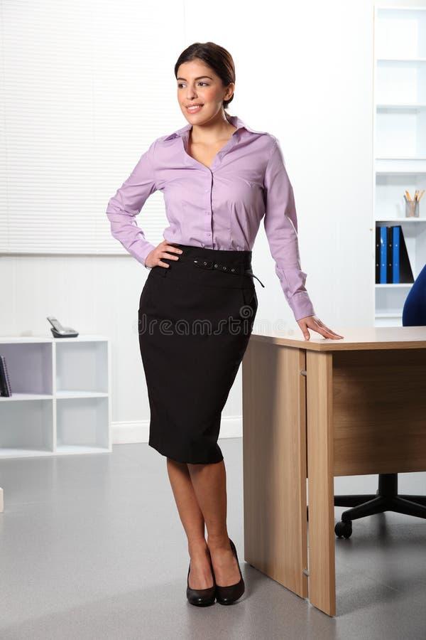 Smilin derecho confidente hermoso de la mujer de negocios foto de archivo libre de regalías