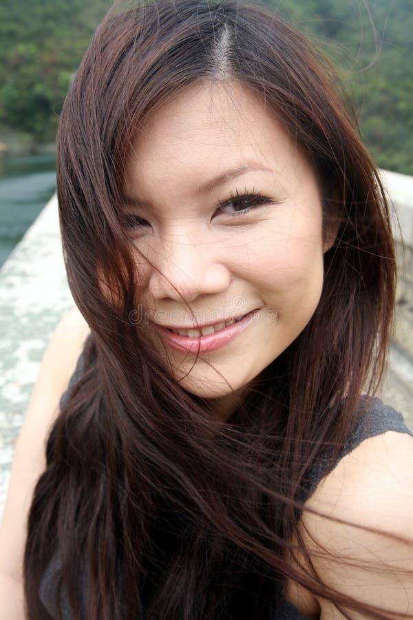 Smiline asiatique mignon de fille photographie stock libre de droits